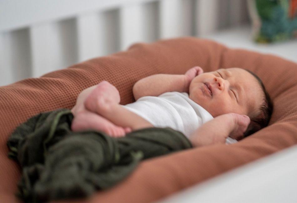 Baby schläft im Babynest