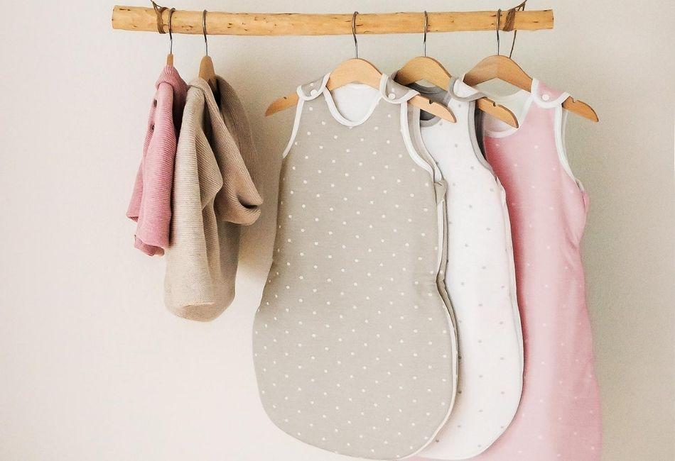 Babyschlafsäcke auf Bügeln