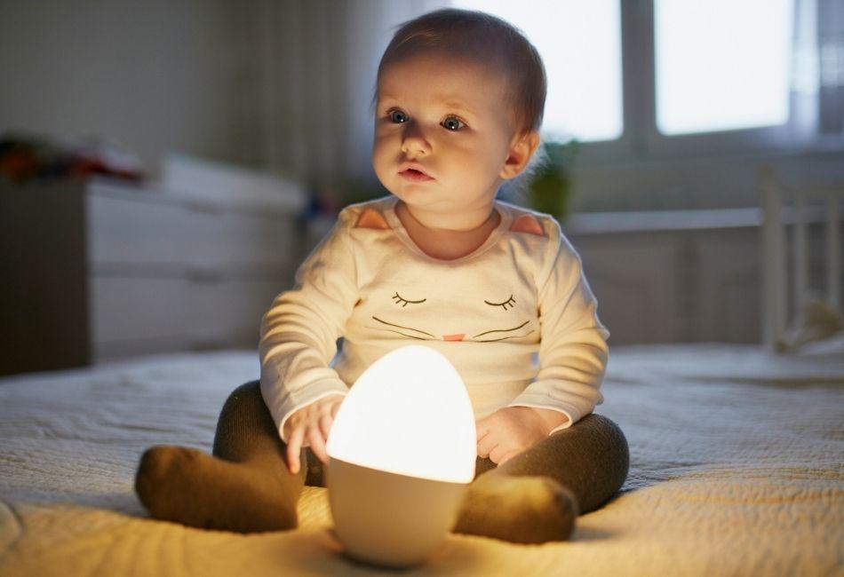 Baby mit Nachtlicht
