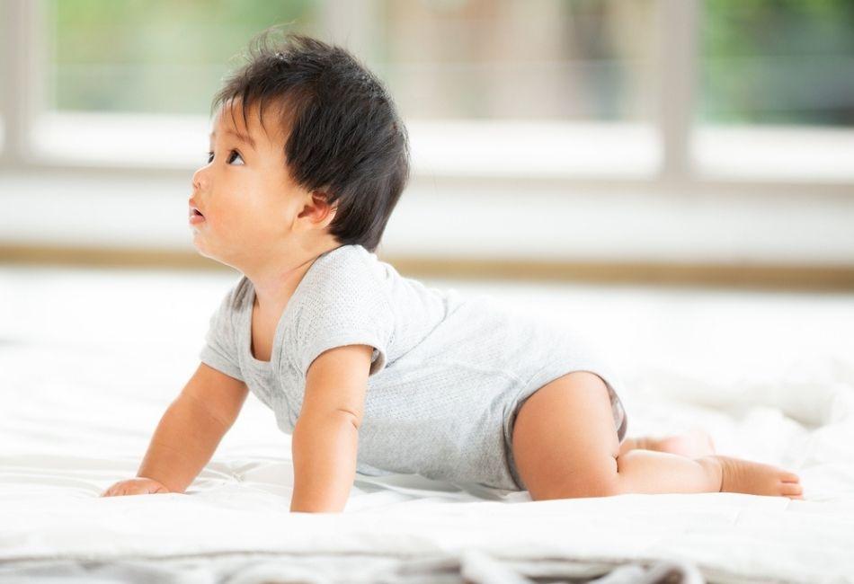 Baby spielt auf Krabbeldecke