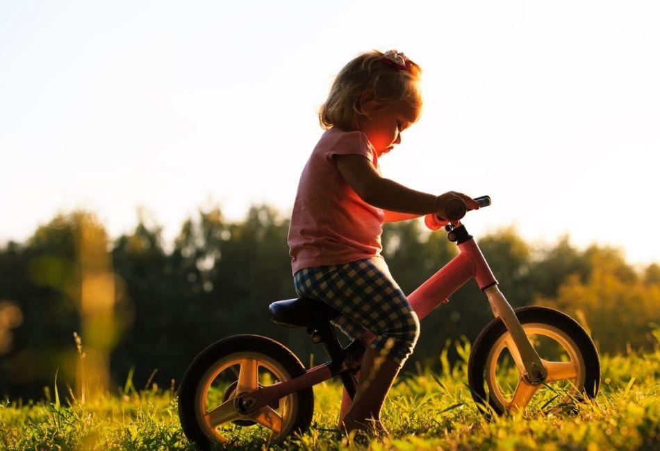 Kleines Kind fährt auf Laufrad