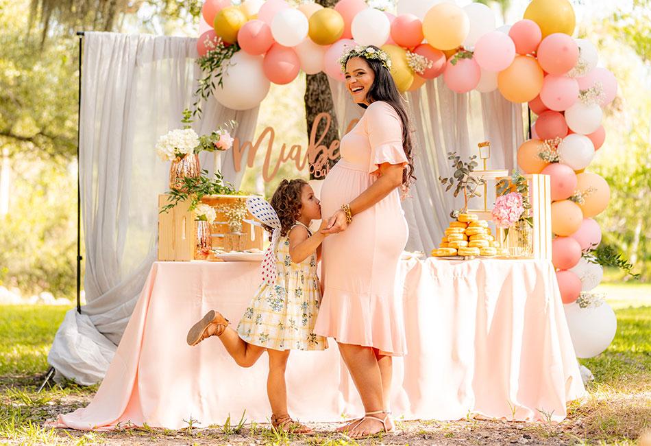 Schwangere Frau und Kind auf Babyparty