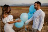 Mann und Frau mit blauen Luftballons