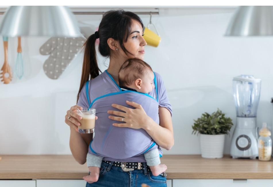 Mutter trägt Baby im Tragetuch