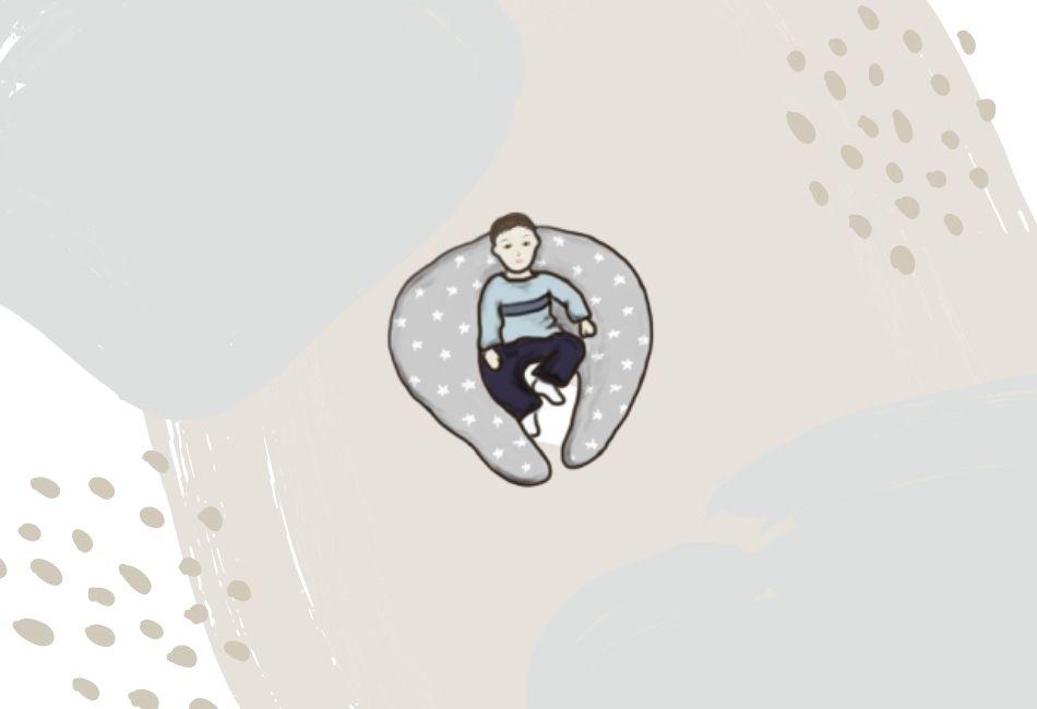 Baby sitzt in Stillkissen